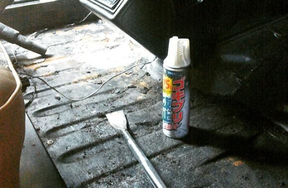 キャトル号のチョイレストア作業。床に貼ってあったタールのシートを剥離しました。べとべとで大変だからドライアイスで低温にして…とアドバイスをいただいたので、試しに対ゴキ低温スプレーを使用したら上手いこと効きました。