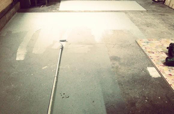 商品撮影用にグレーバックコーナーを。ローラースポンジをケチって使い回した結果、ぜんぜん塗り終わらない…