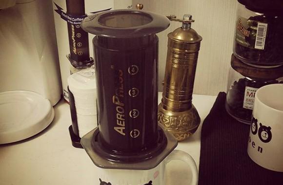 少しでもマシなコーヒーが飲みたい!と言うことで頂き物のエアロプレスでドリップ。確かに味が違う!さっぱりと美味しくなりますよ!これはおすすめ!