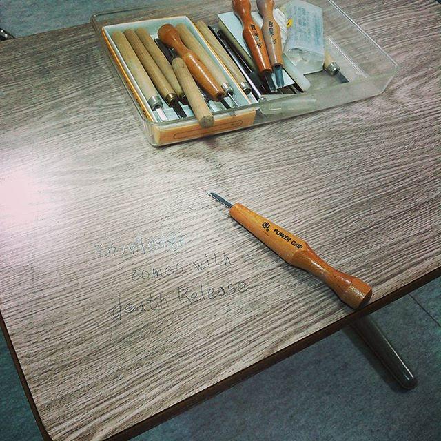 デヴィッド・ボウイの歌詞を学校机に彫るいたずら ...という制作仕事。だがしかし盤面のメラミンが硬すぎて大人の力でもなかなか彫れない(笑