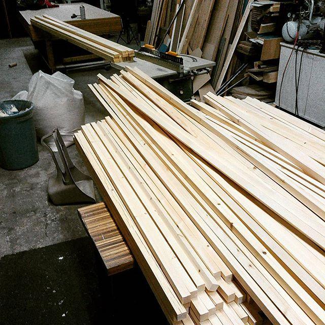 今日は丸一日製材してました。木を削って切りまくったら90リットルのオガ屑が副産物として出ました。カブトムシ飼いまくれますね!