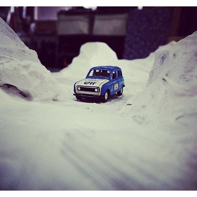 じわじわとジオラマ制作中です石膏コーティング完了で真っ白!雪のラリーコースみたい。 #diorama #miniture #ミニチュア #ジオラマ #rally #wrc #renault #ルノー4 #oldrenault #4 #snow #trail