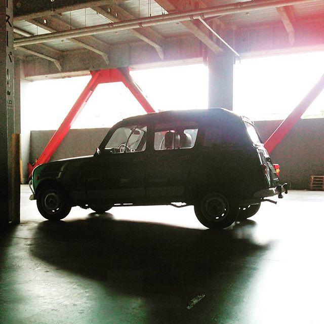 納期前日の貴重な二時間を潰して西濃の倉庫で記念撮影。ホイールベース長いね! #キャトル #ルノー #renault #cars #instacar #auto #france #classiccar #frenchcar #vintage
