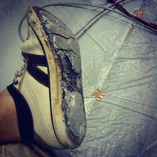 塗料が靴底に積層して重~い。。 ナイキのソールにちょっと似てきた感