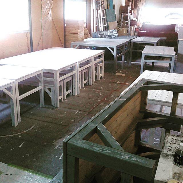 塗装済みのテーブルが続々と。今日は晴れて良かった~もう作業場も手狭だな...