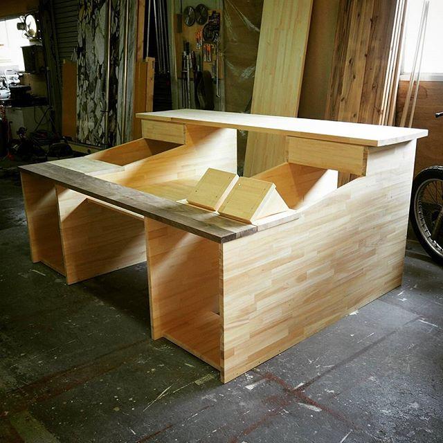 阿部木工所です。お次はこちらレコーディングスタジオの特注テーブル。でっかいプロダクションコンソールと合計52U分の機材ラックを内蔵と言うか詰め込みました。ここから塗装していい感じにしますよ~!