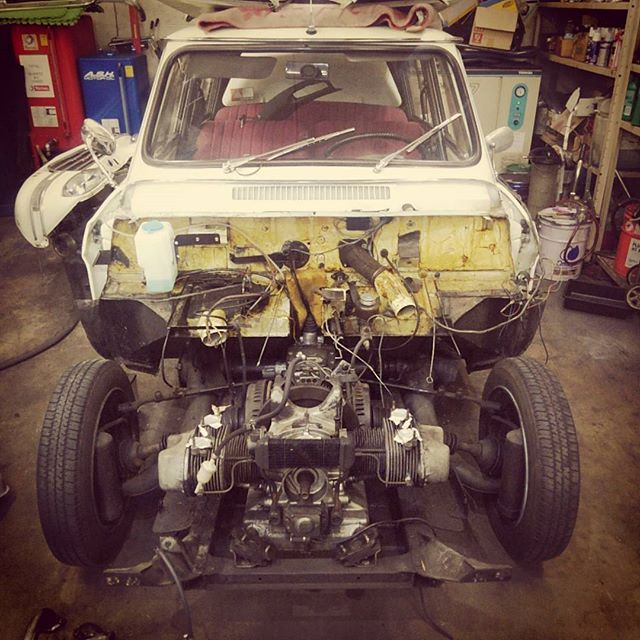 シトロエン・アミ6 これからエンジンルームが新車同様になるそう。相変わらずマニアックなのを仕入れますな.. #citroen #french #instacar #vintage #frenchcars #oldtimer #vintagecar #citroën #france