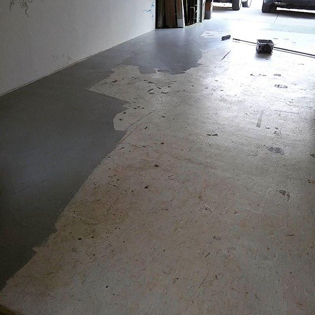 適当に塗った白床がそろそろ見た目的に限界なので床用グレーに塗り直し。#garage #garagelife #atelier #painting #artstudio #アトリエ