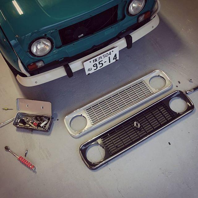 2度目のグリル交換。デッドストックの純正品だけどエンブレム取ってみた#renault #vintage #instacar #frenchcar #classiccar #auto #4
