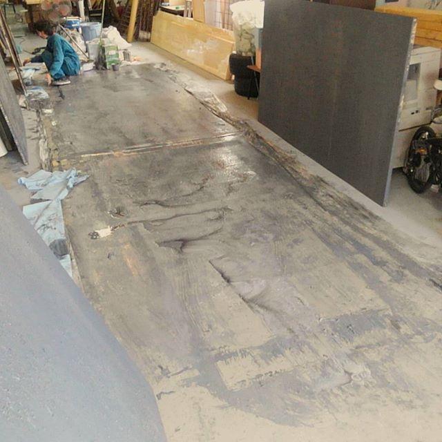 エイジング済みのコンクリート床壁を制作。この前塗り替えた床があっとゆーまに汚れてしまった。。。 #atelier #artstudio #artwork #スタッフ募集