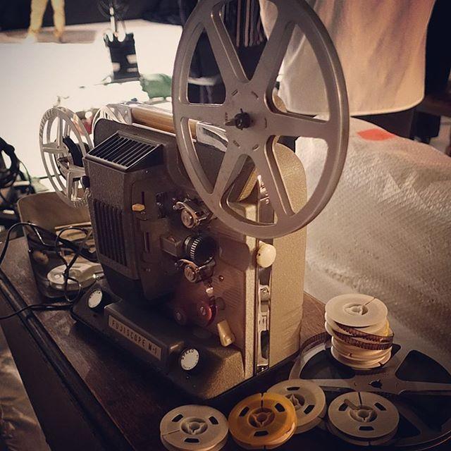 昭和30年(1955年)製の映写機完全動作美品。ケースが金属製でディティールもナイス#antique #prop #8mm