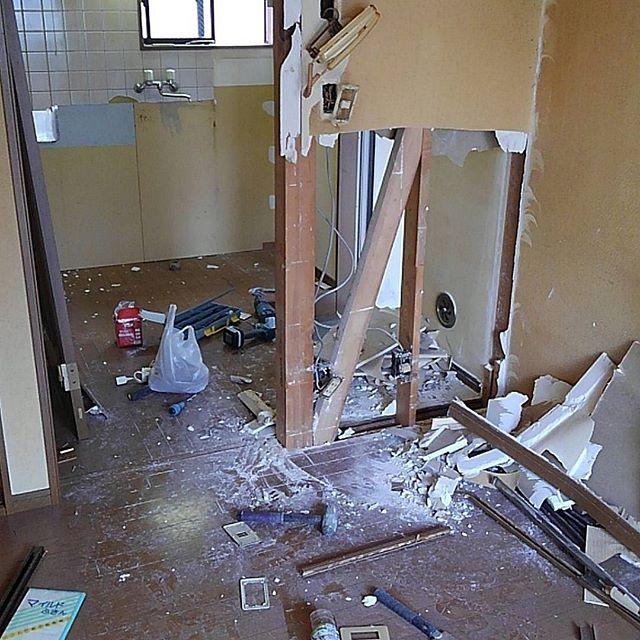 隙間の時間で賃貸のリフォームも進めてます。壁抜いちゃお!って壊してみたら構造材が。。ここは収納にでもするかね.. #reform #apartment#interiordesign