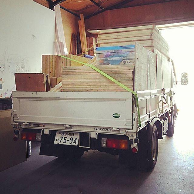 明日の撮影のために積み込みしたら2トン車が満杯!これ全部組み立てるのか..はぁダイエットが捗るね#atelier #artstudio#set