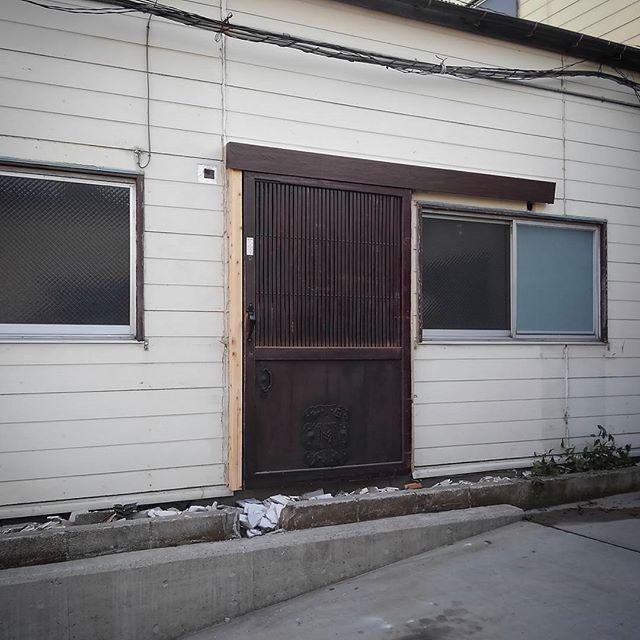 玄関扉付いた~! うーんこの唐突感..後で何かしら外壁加工しよっと。あと地味に自動で閉まるんですよこれ。#atelier