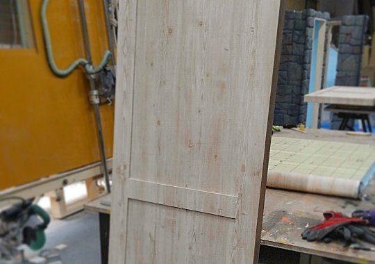木軸ドア壁紙仕上げ
