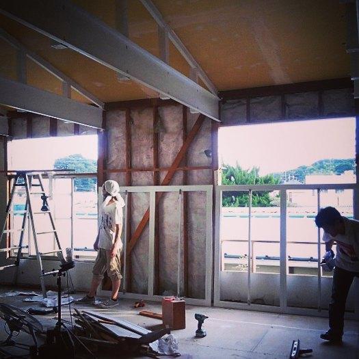 【窓工事】スチールで製作した窓枠を遂にインストール!間の壁もガラスになりますよエアコンも付いたし、この後の仕上げ作業は快適に進められそう。#atelier#studio#reform