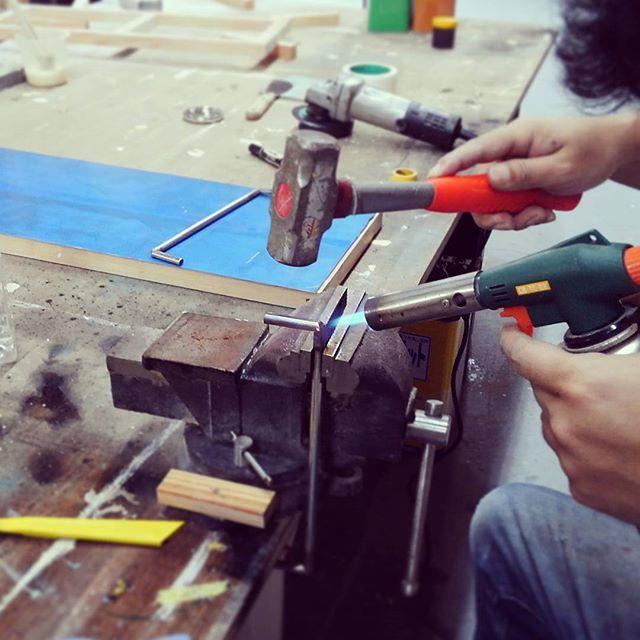 ステンレス棒の直角曲げ加工切り目を入れて炙って叩く。勘と感覚のみで(以下略)なお炙ったトコで派手に火傷した模様#atelier #artwork #craft#鍛冶
