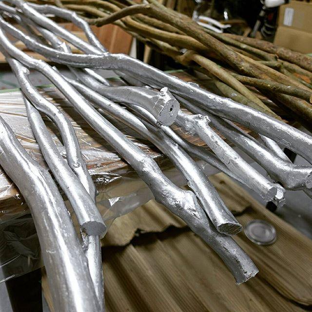木の枝をシルバーに塗る。思ってたよりちゃんと銀になるね~#art #craft #wood #silver#display