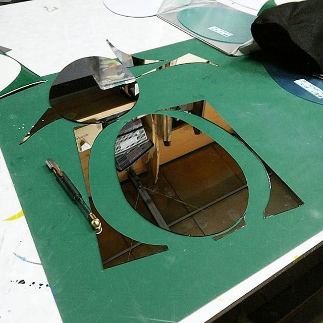 鏡の異形カット。ガラス屋さんがやってくれないから一か八かやってみたらそれなりに出来た~ 完璧にはほど遠い上に一枚五千円のスパッタリングミラーを何枚も犠牲にしたけれども。。これはなかなか難易度高いや#artwork #craft#mirror