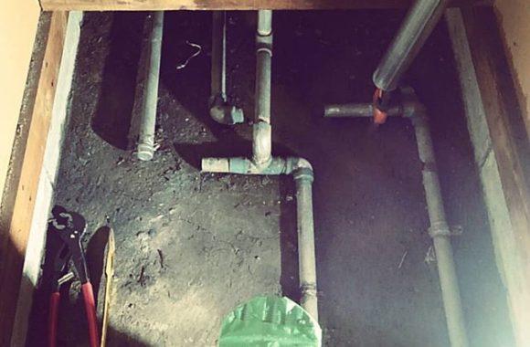 スタジオのリフォームで水道工事なうパイプを回すだけなのに結構な重労働だ。。#reform #studio