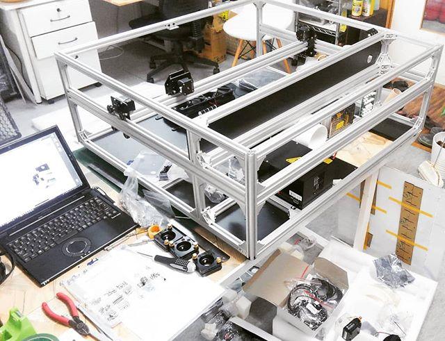 レーザー加工機組み立て中。一日かかってやっとこのくらい...あと半日はかかるかな~。ベースと排気も作らなきゃ。