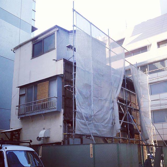 ボロ戸建てを半分だけカットして補修してる....これでできた空き地だけで一体いくらすんのかね@日本橋#construction #reform #japan #古民家