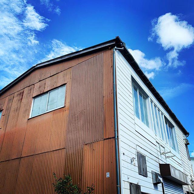 台風被害からの復興。台風一過でメチャ暑い休みの日にも動いてくれている大工さんに感謝