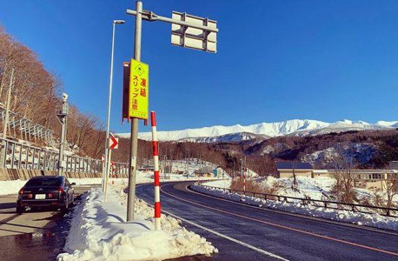 東北の山は雪。