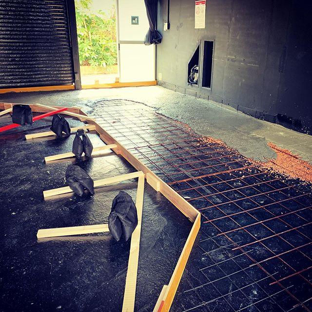 スタジオが空いてる隙に土間打ち!モルタルはたまに使うものの、コンクリートで床を造るなんてのは実は初めてだった…うまく出来るかな〜?