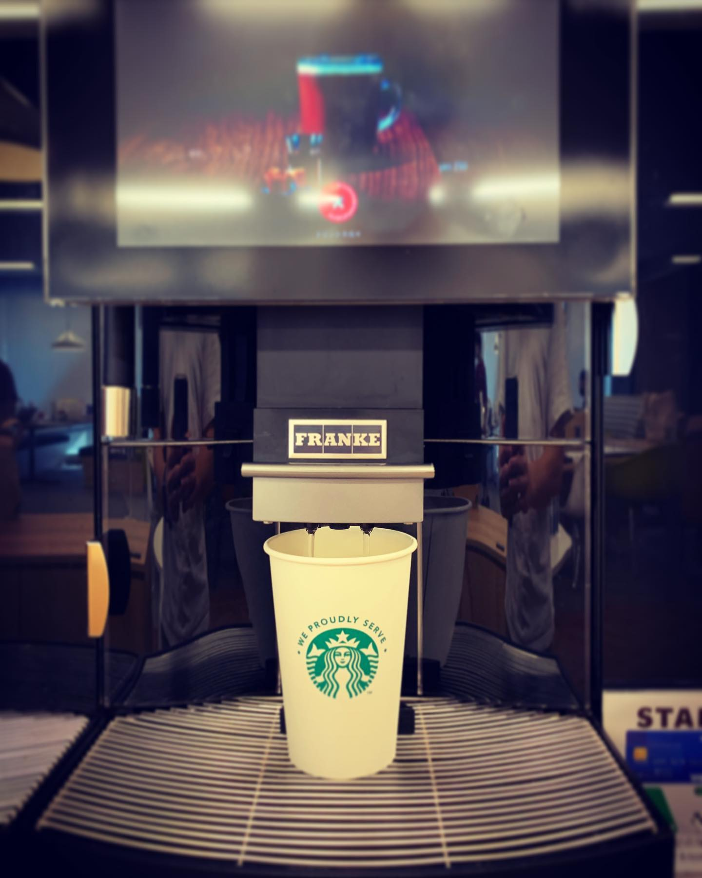 初めて見た…!スタバの自販機.#starbucks #coffee #coffeetime #スターバックス