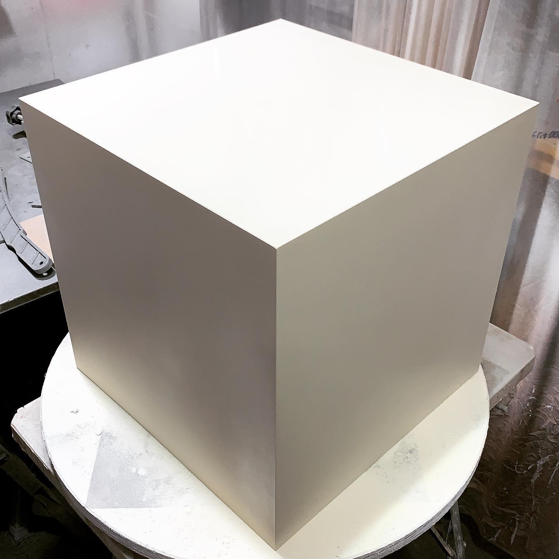 「MDFをトメで接着して箱にして水性ペンキをガンで吹き付けて仕上げる」とか言うビューティー系撮影でしか使わないであろう、ある意味特殊造形。ただの箱なんだけどシンプルでフラットな方が難しいという典型例ですねー