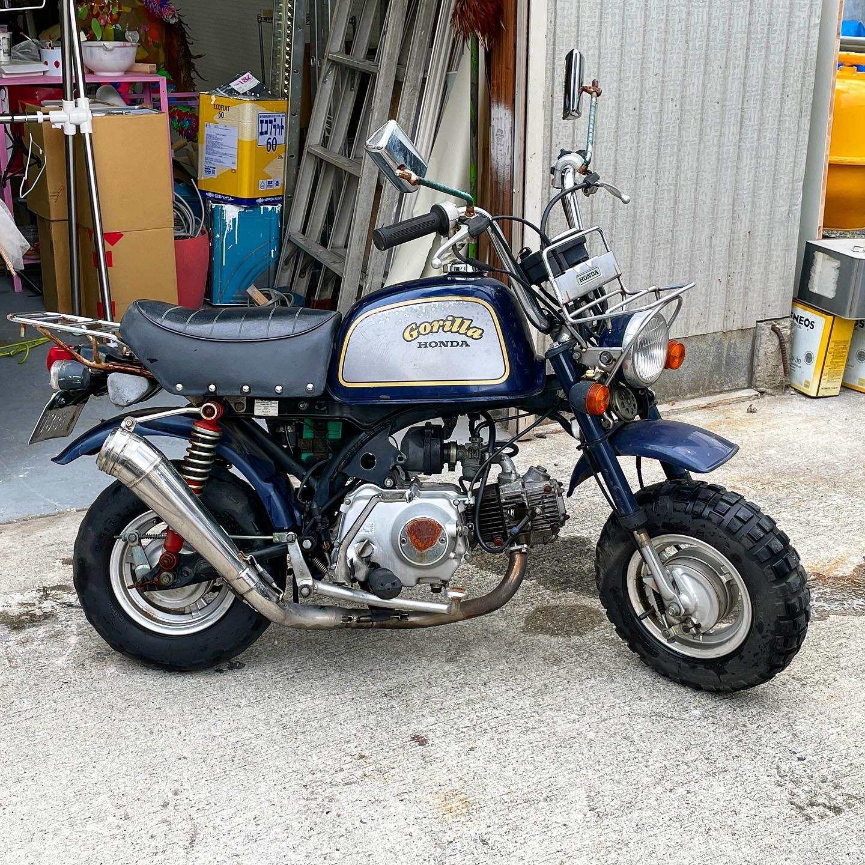 特に意味もなく盆栽として譲り受けたゴリラ号。そろそろエンジン掛けてみるか、と洗ってとりあえずキックしてみるも…ビクともしない!?この前は普通に降りたんだが。。まるで焼き付いたかのよーな硬さ。#honda#gorilla #50cc .⠀#Honda #aprilia #bike #bikelifeshoutout #bikelifestyle #bikersfromeurope #bike_addictz #moto_wetness #moto_ask #instagood #motorrad #ride #motorcyclesofinstagram #motorcycledreams #sportbikesquad #pistonaddictz #thebikercommunity #europeanbikers #motorcycle #ridersofinstagram #bikestagram #instamoto